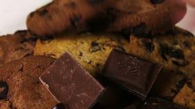 Lasque cookies do bolo com chocolate e partes de leite e de chocolate escuro filme