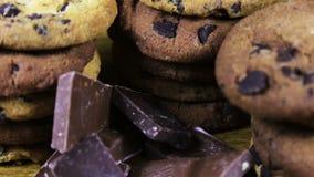 Lasque cookies do bolo com chocolate e partes de leite e de chocolate escuro video estoque