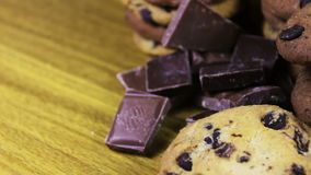 Lasque cookies do bolo com chocolate e partes de leite e de chocolate escuro vídeos de arquivo