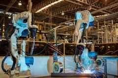 Lassen de team industriële robots het deel van de assemblageauto royalty-vrije stock fotografie