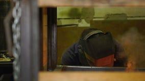 Lassen en arbeider in masker op het werk stock video
