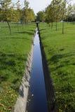 Lassen Sie Abfluss für Wasser ab Herbst im Park Park in einem kleinen Dorf Autumn Colors Stockbilder