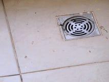 Lassen Sie auf dem Boden im Badezimmer ab Lizenzfreies Stockbild