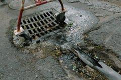 Lassen Sie das Wasser in den Abwasserkanal ab Lizenzfreie Stockfotos