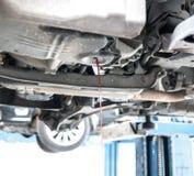 Lassen Sie die alte benutzte Getriebeflüssigkeit ab Lizenzfreies Stockbild