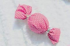 Lassen Sie ein Stück Süßigkeit oder Verpackung von Stoffplaid Rosa - weiße Verpackung fallen lizenzfreies stockbild