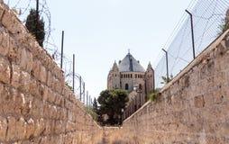 Lassen Sie entlang dem schmalen Straße MA-` Ale HaShalom zur Dormitions-Abtei im alten Schleppseil in Jerusalem passieren Lizenzfreie Stockbilder