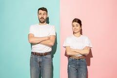Lassen Sie mich denken Zweifelhafte nachdenkliche Paare mit dem durchdachten Ausdruck, der Wahl gegen rosa Hintergrund trifft lizenzfreie stockfotos