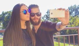 Lassen Sie mich zuerst ein selfie nehmen stockbilder