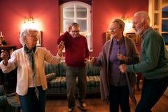 Lassen Sie ` s Tanz, Gruppe ältere Leute, die Spaß tanzen und haben lizenzfreies stockfoto