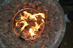 Lassen Sie ` s warm halten durch das Feuer Stockfotos