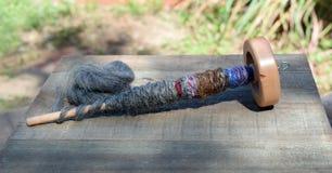 Lassen Sie Spindel für spinnende Schafwolle in Garn fallen Stockfotos