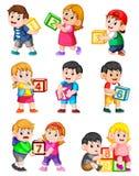 Lassen Sie uns bis zehn mit den Kindern zählen, die Kasten halten lizenzfreie abbildung