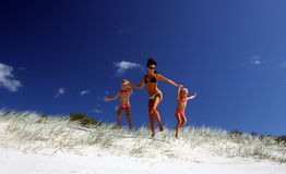 Lassen Sie uns den Strand schlagen! stockbild