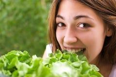 Lassen Sie uns diesen Salat versuchen Stockfotografie