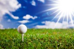 Lassen Sie uns einen Umlauf des Golfs am sonnigen Tag spielen! Stockbilder