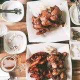 lassen Sie uns etwas Huhn und Bier essen! Lizenzfreie Stockfotos