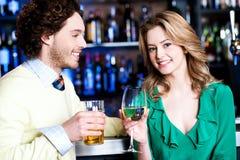 Lassen Sie uns feiern. Junge Paare am Nachtklub Lizenzfreie Stockbilder