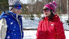 Lassen Sie uns mit Skifahren beginnen stock video