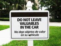 Lassen Sie Wertsachen nicht auf Auto-Englisch u. spanisch stockbild