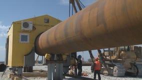 Lassen van de pijpleiding, herschikking van de lassers` s cabine Aardgasleidingsassemblage stock footage
