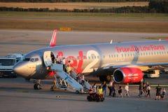Lassen von Jet2 Boeing 737-800 am Pulaflughafen Kroatien stockfotografie
