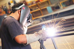 Lassenarbeider voor staalstructuur Stock Foto
