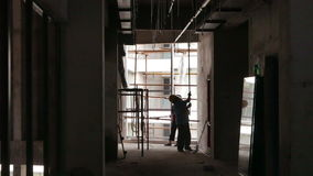 Lassenflitsen op Muur als Arbeider Gezette Schroeven in Plafond stock videobeelden