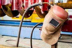 Lassenmasker in een mechanische workshop Royalty-vrije Stock Fotografie
