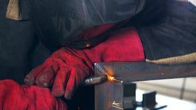Lasser Machine van het arbeiders de werkende lassen, lassend metaal Close-up stock videobeelden