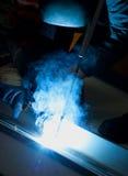 Lasser met beschermende apparatuur in fabriek Stock Foto's