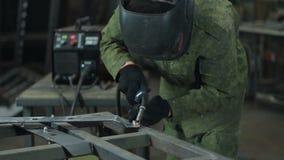 Lasser op het werk in de metaalindustrie stock footage