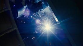 Lasser op het werk in de metaalindustrie stock video