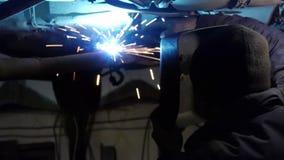 Lasser op het werk in fabriek stock videobeelden