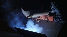 Lasser op het werk in omhoog geschoten dicht van de metaalindustrie stock videobeelden