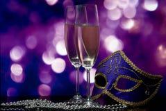 Lasses mit Champagner und venetianischer Schablone Stockfoto