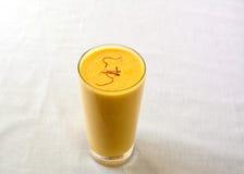 Lassi de mangue dans un verre, un smoothie indien doux Images stock