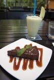 Lassi della torta di formaggio e della menta del cioccolato nella messa a punto del ristorante per formare i bambini della via Fotografia Stock