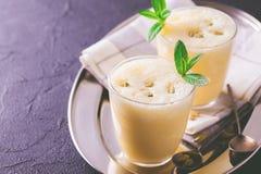 Lassi indien traditionnel de mangue avec le cardamon, menthe, vanille et Photographie stock