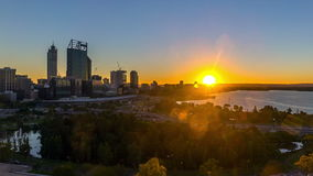 Lasso di tempo Alba all'orizzonte della città di Perth, Australia archivi video
