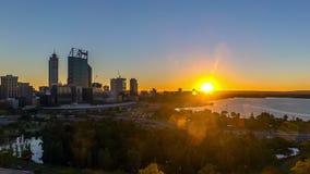 Lasso di tempo Alba all'orizzonte della città di Perth, Australia stock footage