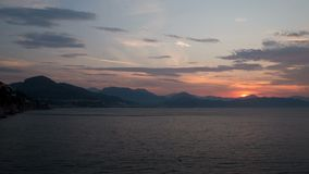 Lasso di tempo Alba sul litorale Italia, Salerno Il sole aumenta dalle montagne 4K video d archivio