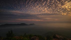 Lasso di tempo: Bella alba alla collina in Perlis Malesia archivi video
