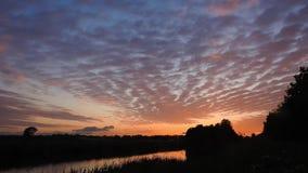 Lasso di tempo di belle nuvole di altocumulus al tramonto stock footage