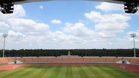 Lasso di tempo, campo di football americano ed in stadio con il tetto, muoversi della nuvola archivi video