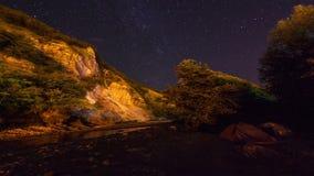 Lasso di tempo in cielo stellato di moto nelle montagne stock footage