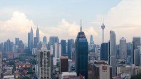 Lasso di tempo di Cloudscape all'orizzonte della città di Kuala Lumpur video d archivio