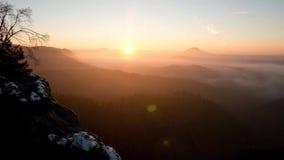 Lasso di tempo Congeli l'alba autunnale, rocce coperte di neve fresca della polvere Picco pietroso della roccia aumentato dalla v archivi video