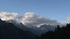 Lasso di tempo dalle nuvole e dall'ombra sulle alpi francesi stock footage