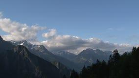 Lasso di tempo dalle nuvole e dall'ombra sulle alpi francesi video d archivio